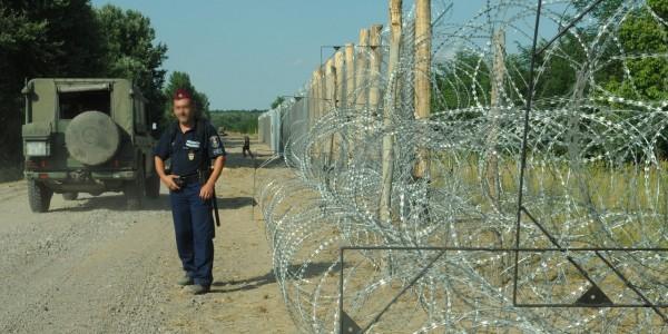 hungarian-serbian_border_barrier_3